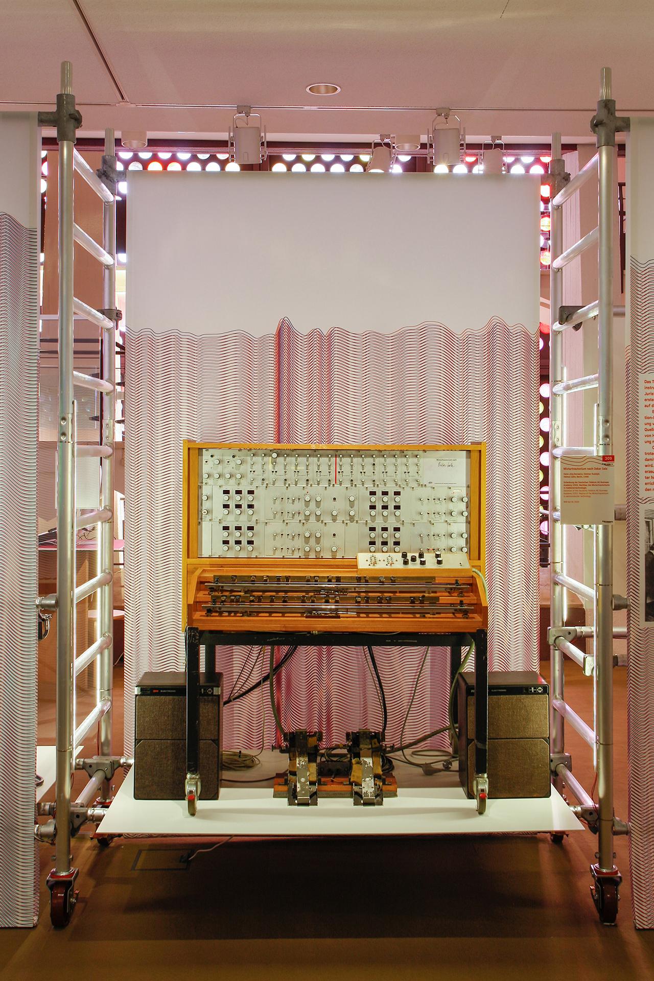 Good Vibrations Musikinstrumenten Museum Berlin Ausstelung Sonderausstellung elektronische Musik Werkzeug Ausstellungsgraphik Grafik Design Interaktion Objektpräsentation